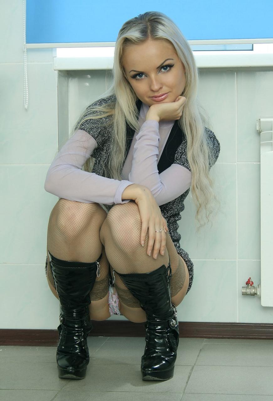 Русская девка в белых чулках сосёт в туалете 5 фотография