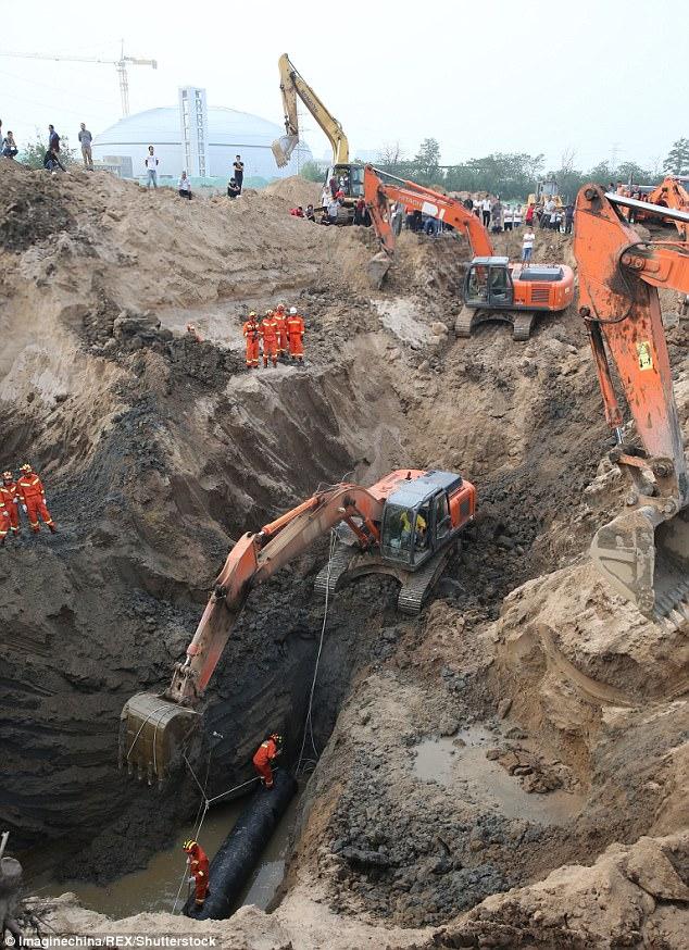 В Китае более 10 экскаваторов спасали ребёнка, упавшего в 50-метровую скважину