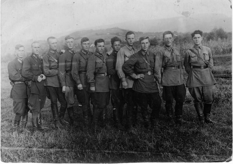 Командование 375-й стрелковой дивизии и полков на заключительном этапе войны, 1945 год: 1-й ряд: майор ахметзянов м