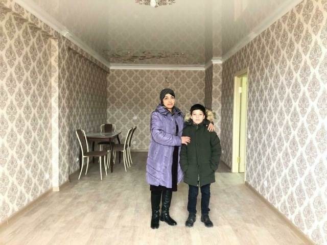 Мэр Дербента подарил квартиру семье девятилетнего мальчика, который помогает маме убирать улицы