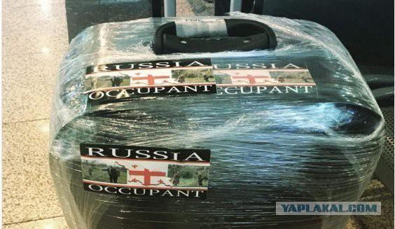"""""""Россия - оккупант"""" : что вы сделаете, если на ваш чемодан наклеят такой стикер?"""