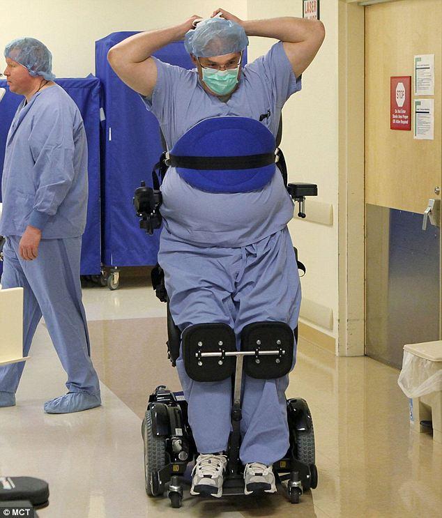Парализованный хирург вернулся к работе