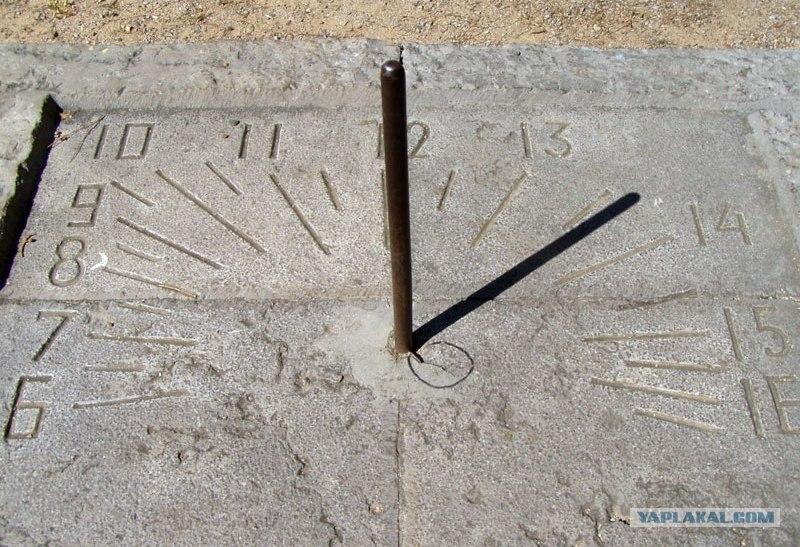 Мне запомнились солнечные часы возле Ливадийского дворца у начала солнечной тропы (Большая Ялта, Ливадия).