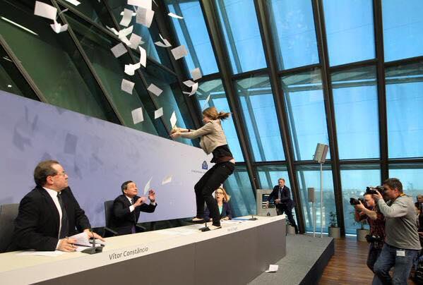 На главу ЕЦБ Марио Драги напали с конфетти