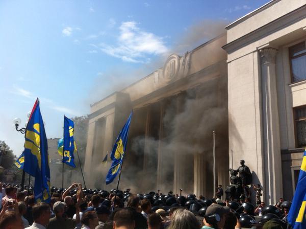 Митингующие в Киеве штурмуют здание Рады