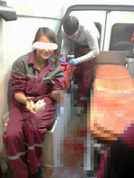 Селфи врачей «скорой» с окровавленным пациентом