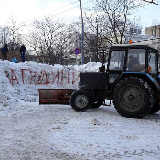 """Москвичи выяснили, что для уборки сугробов не обязательно нужен """"Навальный"""". Достаточно """"Грудинина"""""""