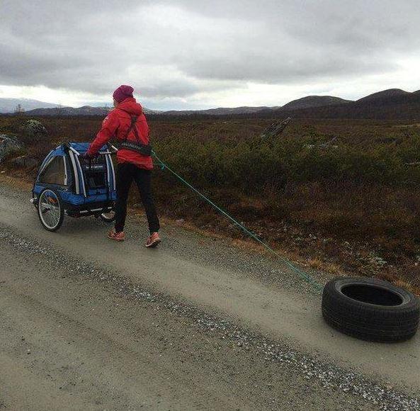 Норвежская биатлонистка Тура Бергер гуляет