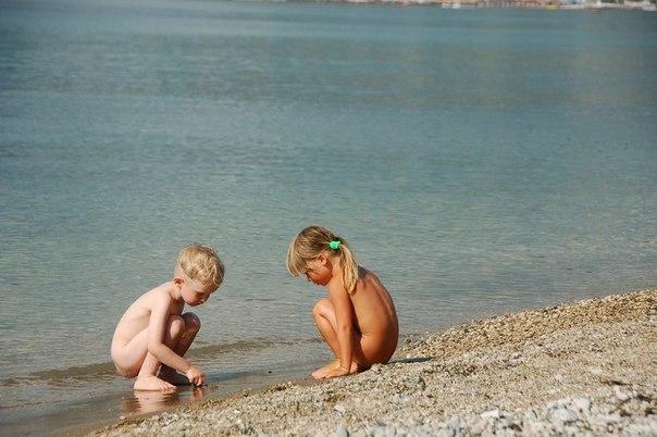 Нудистка Голая С Ребенком На Природе Фото