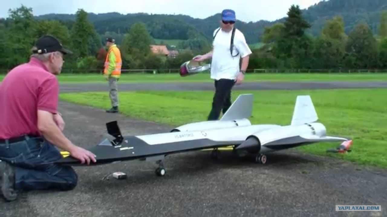Как сделать самолет на пульте управления в домашних условиях видео