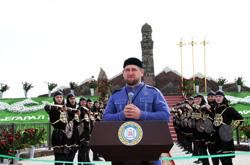 Кадыров открыл памятник женщинам-героям войны