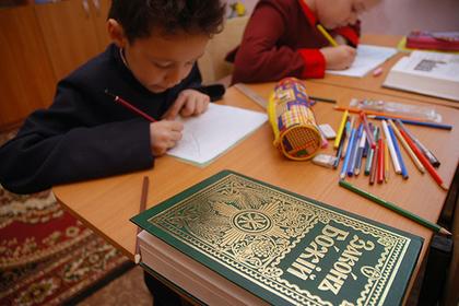 Родители российских школьников забили тревогу из-заправославных уроков