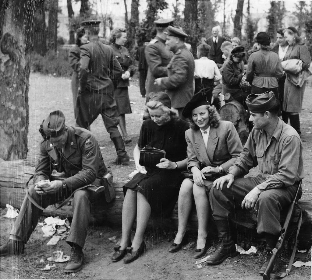 солдат ебет женщину в развалинах