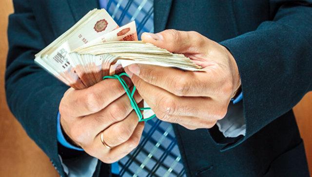 В Москве трое мужчин отобрали у прохожего почти 60 миллионов рублей