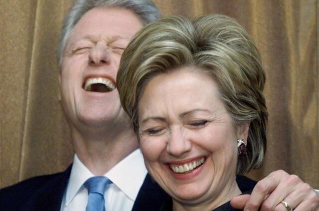 """Полный список людей, связанных с Клинтонами, которые """"покончили"""" с собой"""