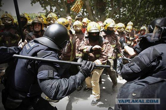 Полиция разгоняет демонстрацию пожарных,
