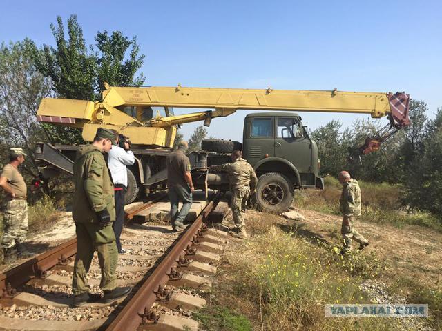 Активисты заблокировали железную дорогу к крымскому заводу Фирташа бетонными блоками и противотанковым ежом, - Муждабаев - Цензор.НЕТ 2522