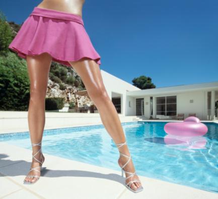Длинные стройные ноги под юбкой онлайн