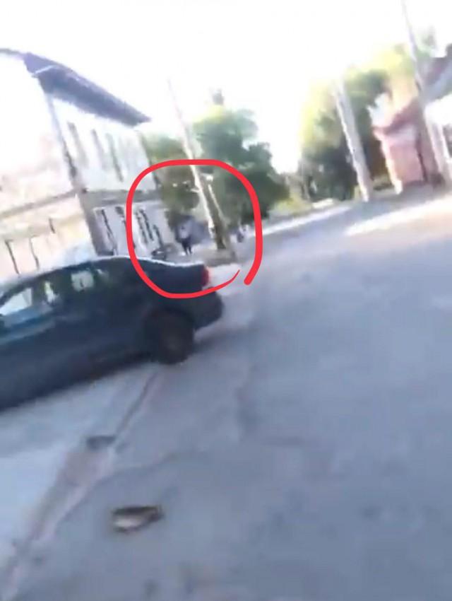 Местный браток Грицай снимает, как он избивает инженера из Москвы, а участковый стоит и смотрит [18+]