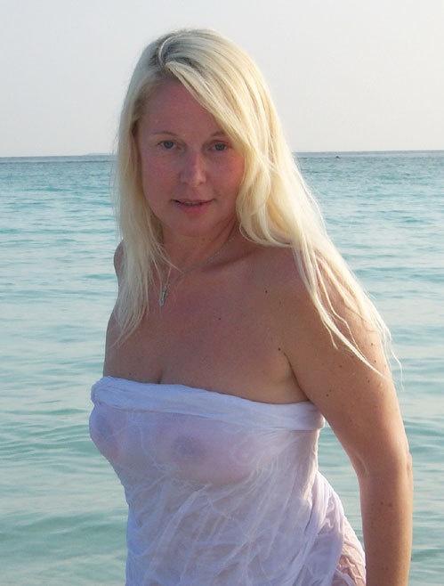 Елена Кондулайнен оголилась на пляже (18+)