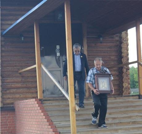 Знаменитый биатлонист-ветеран Александр Тихонов забрал икону, подаренную им храму в 2012 году