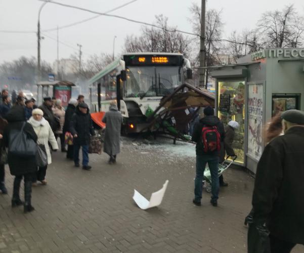 Пассажирский автобус вылетел на остановку в Москве