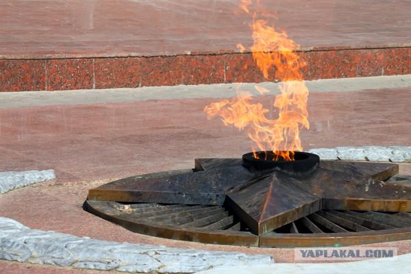 Школьники пожарили картошку на Вечном огне