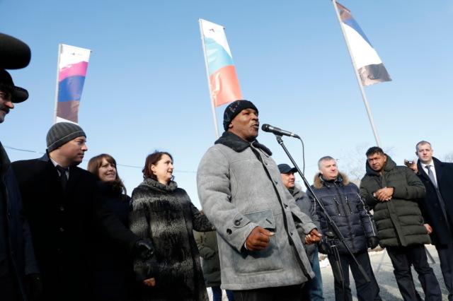 Майк Тайсон открыл детский сад в Коркино Челябинской области и заложил первый камень местного спорткомплекса