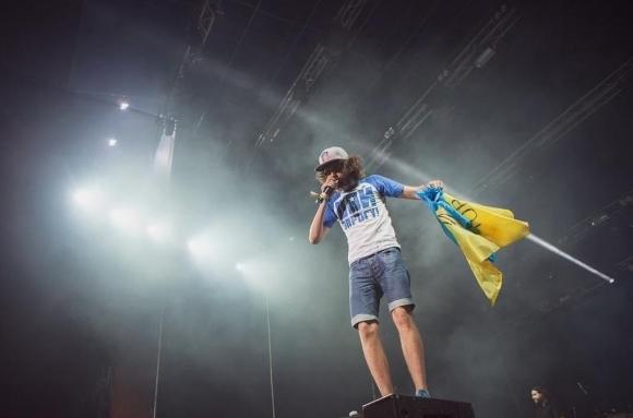 Noize MC выступил во Львове под украинским флагом