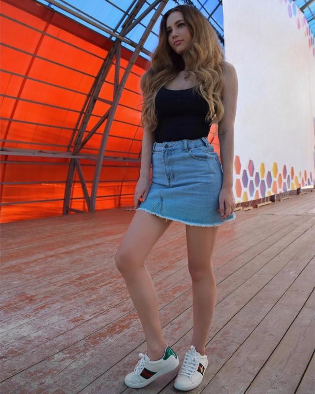 Девушки из социальных сетей в коротких юбках
