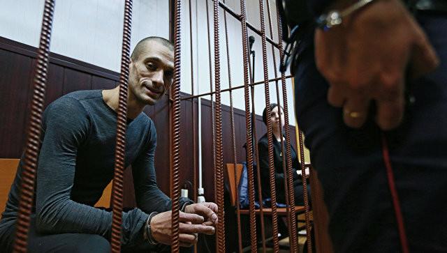 Художник Павленский покинул Россию и намерен просить политическое убежище во Франции