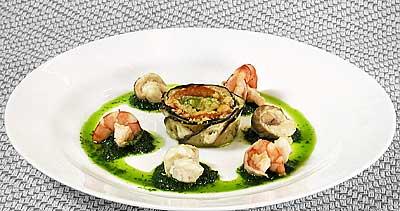"""Горячая закуска  """"Морская """".  Стерлядь и креветки припущены с вином."""
