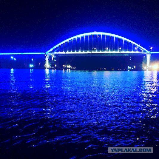 Ночную иллюминацию включили на арках Крымского моста