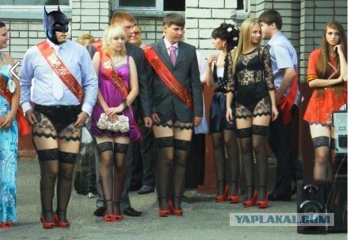 Школьница пришла на выпускной в нижнем белье.