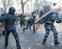 Бойцы внутренних войск массово сдаются протестующи