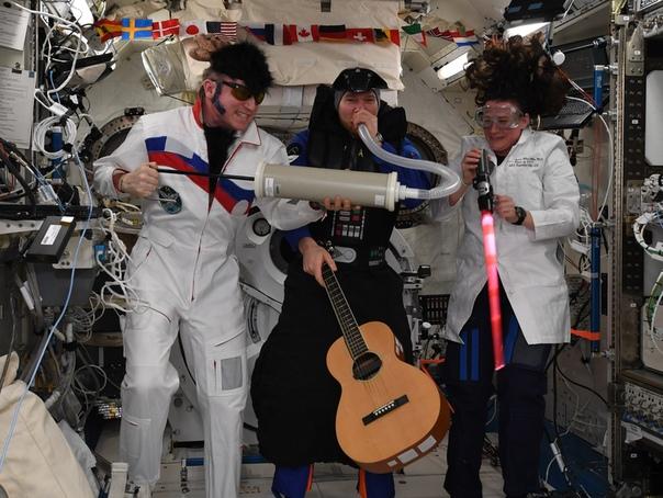РПЦ обвинила уральского космонавта в разрушении страны из-за костюма на Хэллоуин.