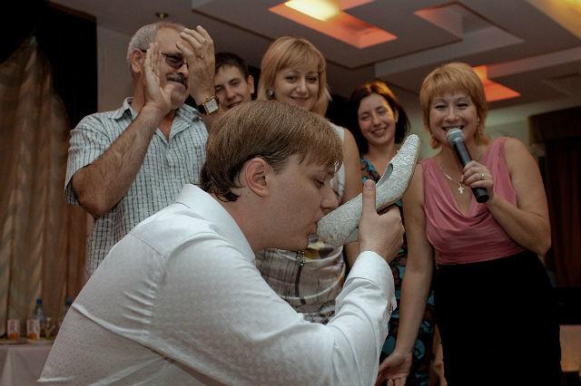 Невеста дает всем свою пилотку на свадьбе фото 703-524