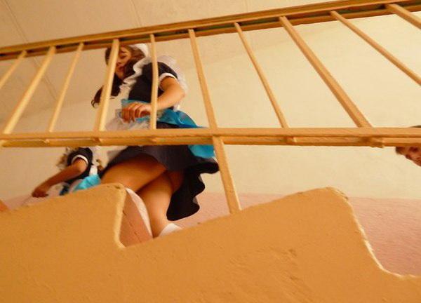 подглядывание под юбку у школьниц на лестнице
