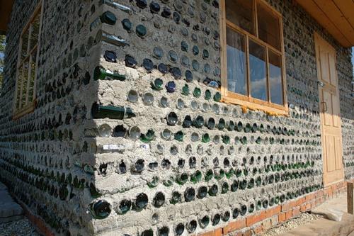 Дом из бутылок стеклянных