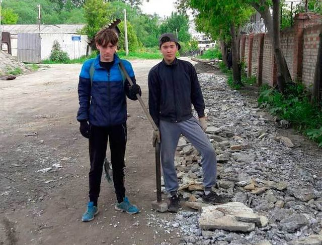 В Челябинске подростки решили своими силами сделать дорогу