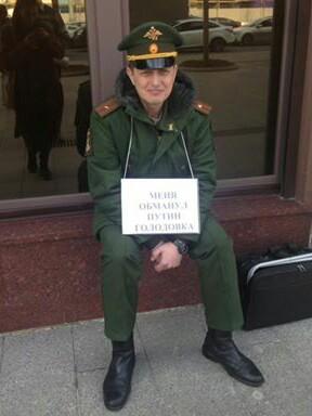 На фоне Крым наш и сирийских викторий российский офицер обьявил голодовку и 22 сутки выходит на одиночный пикет у администрации президента