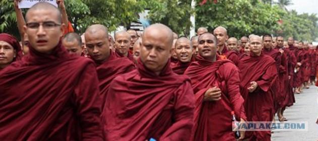 Буддийские монахи громят мечети