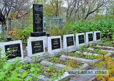 Туляки: Власти решили отремонтировать нам дорогу надгробными плитами!