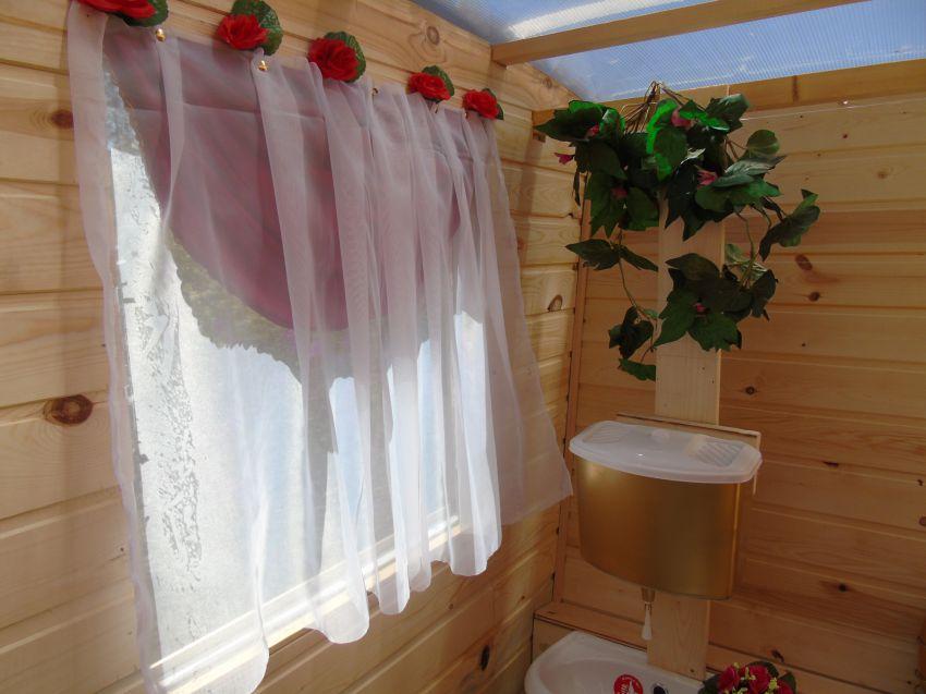 Украшение дачного туалета