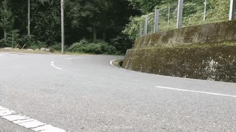 Мотоциклист входит в поворот на полной скорости