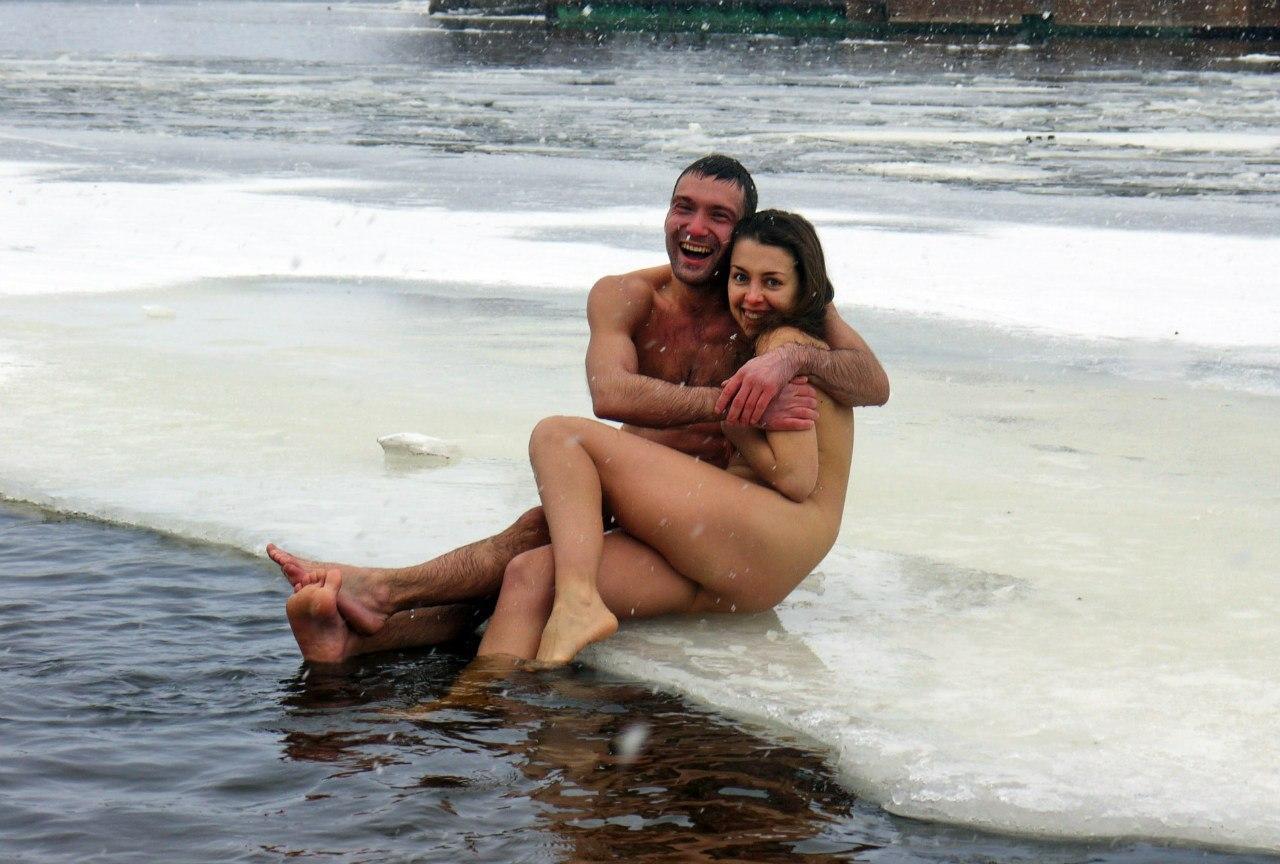 Фото голые в крещенское купание, два парня жестко трахают красивую девушку