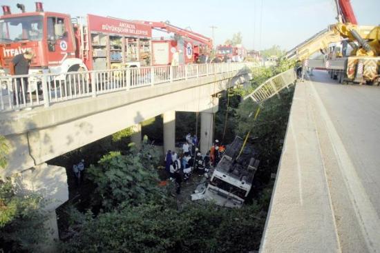 В Турции автобус с туристами рухнул в реку
