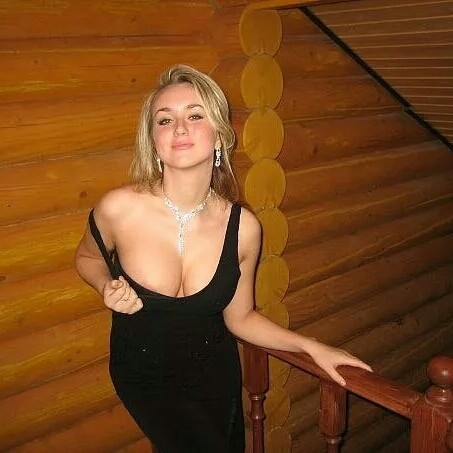 Коль пышная у дамы грудь, то отчего же не блеснуть?