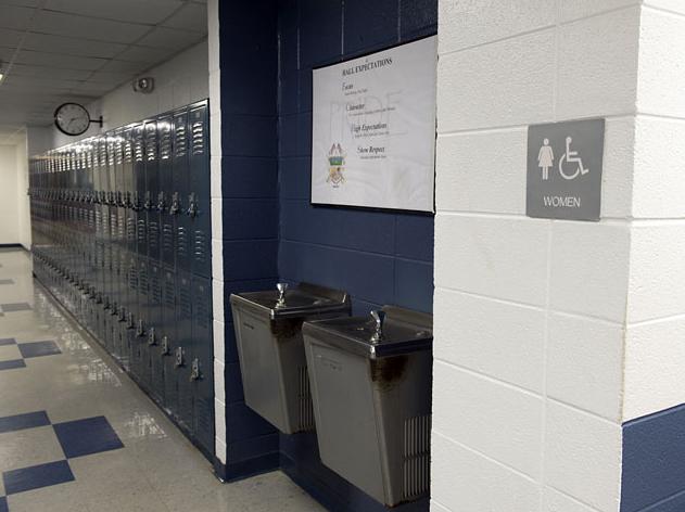 В школьном туалете 25 учеников занялись сексом с девочкой, а видео оргии выложили в интернет