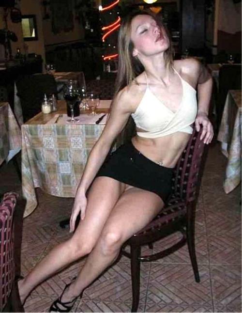 женщины одеваются частное фото